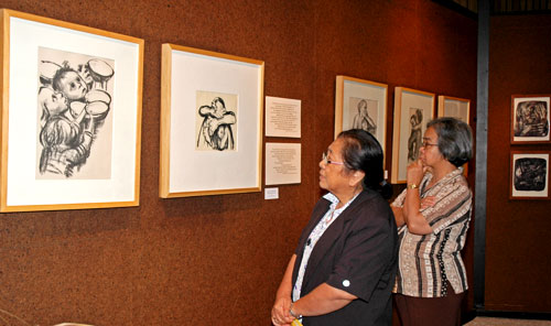 women view artwork at INAI